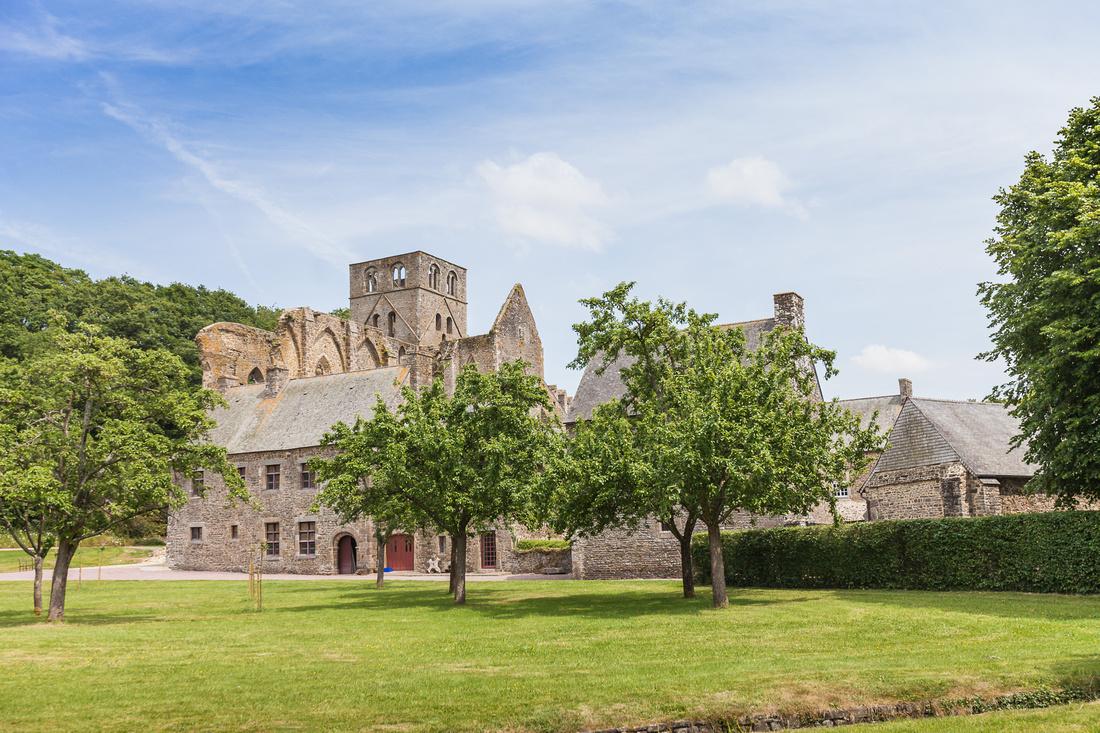 Découvrez l'Abbaye de Hambye - Manche - Normandie - Par Photographe Commericale en Normandie Sabina Lorkin - Anibas Photography
