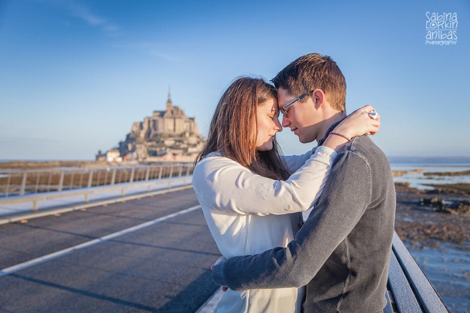 Découvrez une séance photo de couple au Mont St Michel au lever de soleil par photographe en Normandie Sabina Lorkin