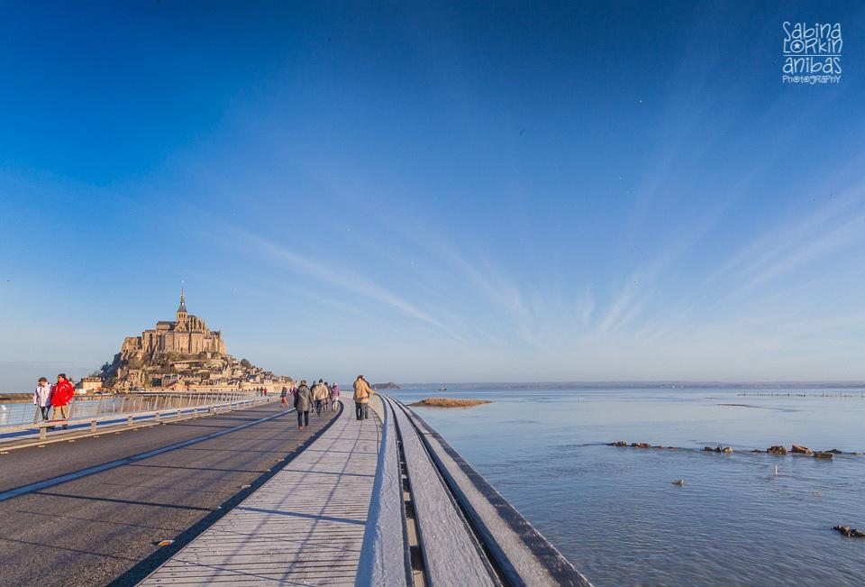 Découvrez photos des grandes marées au Mont St Michel au lever de soleil prises par artisan photographe en Normandie Sabina Lorkin